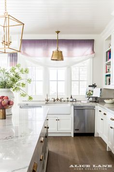 Bright kitchen with a touch of ombre purple roman shade. Inside Blooger, Emily Jackson's (of Ivory Lane) Kitchen - Alice Lane Home Interior Design Küchen Design, House Design, Design Ideas, Alice Lane Home, Home Luxury, Decor Scandinavian, Transitional Kitchen, Cuisines Design, Luxury Interior Design
