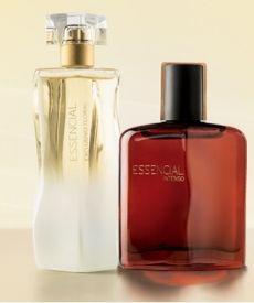 Perfumes Natura Essencial presentados sobre una base recta