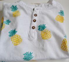 Camiseta de niño estampada manualmente con técnica de carvado de sellos, sello de Piña.