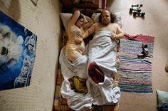Jana Romanova creó una serie fotográfica, capturando a parejas esperando bebé, durmiendo, retratando las diferentes posiciones de éstas.