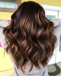 The Surprising Summer Hair Color Trends You're About To See Everywhere - Hair - Hair Color Brown Hair With Highlights, Hair Color Highlights, Hair Color Balayage, Brown Hair Colors, Golden Highlights, Summer Highlights, Chunky Highlights, Brunette Caramel Highlights, Carmel Highlights