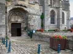 Nogent-le-Roi : Portail de l'église Saint-Sulpice, sol pavé, fleurs en pots