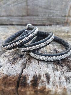 Armband Kombinationen aus schwarzem Rentierleder, Silberzinndraht und Silberperlen