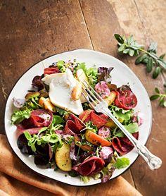 Kylmäsavuporo-omenasalaatti ja puolukkamajoneesia, resepti – Ruoka.fi, lisää reseptejä osoitteessa http://ruoka.fi/     Cold-smoked reeinder meat salad with apple and lingonberry mayo - exotic or what:)?
