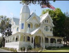 Donnelly house in Mount Dora, FL.just amazing in person. One of the most recognizable homes in Mount Dora, Florida is the John P.This home was listed on the National Registry of Historic Places. Victorian Architecture, Beautiful Architecture, Beautiful Buildings, Beautiful Homes, Classical Architecture, Victorian Style Homes, Victorian Cottage, Victorian Houses, Victorian Interiors