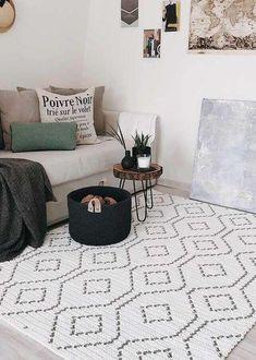 5. Modelo delicado de tapete de crochê quadrado para sala decorada em cores claras e neutras com cesto de crochê preto – Foto: No Decora