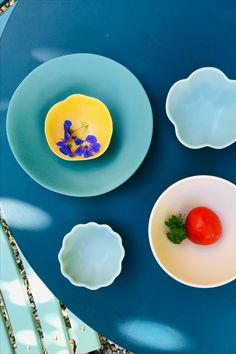 Soeben aus Frankreich eingetroffen: Das schöne Steinzeug-Geschirr von Jars wird nach traditioneller Handwerkskunst hergestellt. Der Mix aus modernen Formen und frischen Farben in matt und glänzend machen es zum besonderen Blickfang. Plates, Tableware, Traditional, France, Licence Plates, Dishes, Dinnerware, Griddles