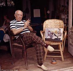Picasso, retratado em sua casa em Cannes por volta de 1960. Embora ele gozasse de sucesso e fama durante sua vida, seus netos tiveram uma infância faminta e insegura. Seu pai era chamado de fracassado por Picasso.