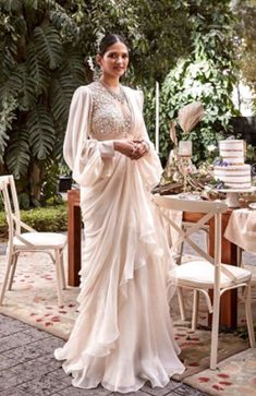 Indian Bridal Outfits, Indian Fashion Dresses, Dress Indian Style, Indian Designer Outfits, Saree Wearing Styles, Saree Styles, Stylish Sarees, Stylish Dresses, Designer Party Wear Dresses
