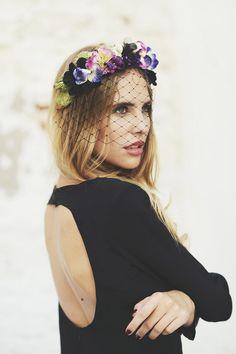Look de pedida: novia con corona de flores y sencillo vestido negro con escote en la espalda. #Blog #Innovias