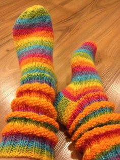 Arkimamman Arkiralli: Aurinkoraidat loistaa helmihaitarisukissa Lace Knitting, Knitting Socks, Woolen Socks, Winter Socks, Colorful Socks, Christmas Knitting, Drops Design, Knit Patterns, Leg Warmers