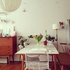 White & wood retro table, hittade ett liknande på secondhand, så jävla snyggt var det! köpte det inte tyvärr!!