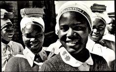 Historische Postkarte: Heilsarmee-Soldatinnen in Rhodesien (heute Simbabwe und Sambia)