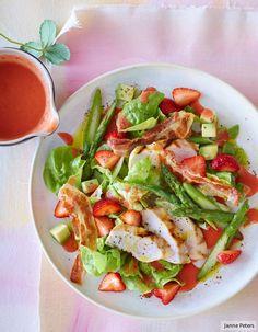 Super lecker: salziger Knusperspeck und süße Erdbeeren, cremige Avocado und knackiger Spargel und on top pikant mariniertes Hähnchen.