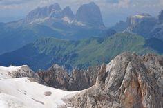 Groupe du Sassolungo (3181 m) à gauche et groupe du Sella (3152 m) à droite, Marmolada, Canazei, Val di Fassa, province de Trente, Trentin-Haut Adige, Italie. | par byb64