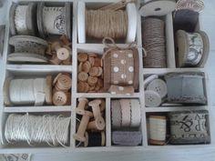 Letterbak decoratie met klosjes, kant, lint en knopen.