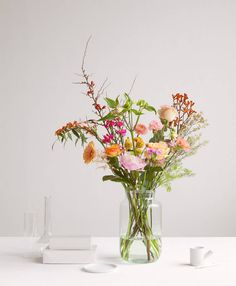 Order your flower subscription. Choose the size and how often you want to receive flowers. Compile your flexible flower subscription yourself. Happy Flowers, Fresh Flowers, Wild Flowers, Beautiful Flowers, Arrangements Ikebana, Floral Arrangements, Flowers By Post, Bouquet Champetre, Flower Subscription