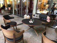 Der höhenverstellbare Tisch ess.tee.tisch (Design: Jürg Bally, 1951. Redesign: Daniel Hunziker, 2014) passt bestens zum neuen Sessel seley (Design: Frédéric Dedelley, 2019). In einer Lounge lassen sich beide perfekt kombinieren, wie beispielsweise in der Lounge des Restaurant Bärengasse in Zürich. Adjustable Height Table, Beide, Dining Chairs, Lounge, Restaurant, Design, Furniture, Home Decor, Adjustable Table