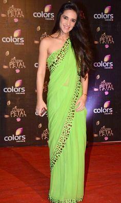 Tara Sharma in Saree – Hot Photos New Pics in Green Saree at COLORS Golden Petal Awards 2013