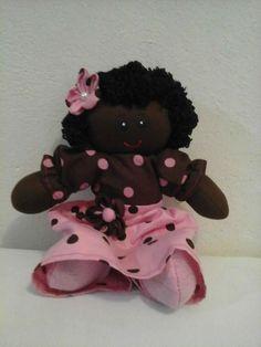 bonecas de pano negra feita com malha de algodão tricoline 100% algodão fibra siliconada . <br>pode ser usada com enfeite de quarto infantil ou adulto . <br>excelente presente para final de ano