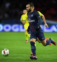 Paris Saint-Germain's Spain's  forward Rodriguez Jese (C) runs with the ball during the French L1 football match between Paris Saint-Germain and Nantes at the Parc des Princes stadium in Paris on November 19, 2016.  / AFP / FRANCK FIFE