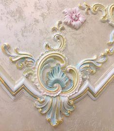 Работа даже в выходные в удовольствие!#люблюсвоюработу❤️ #впроцессе #росписьстен #росписьмебели #росписьлепнины #росписьгипсовойлепнины #аэрография #дизайнинтерьераказань #декораторказань #декорпрестижказань Interior Ceiling Design, Bedroom False Ceiling Design, Ceiling Decor, Art Decor, Decoration, Plaster Art, Wood Carving Designs, Rococo Style, Ceiling Medallions