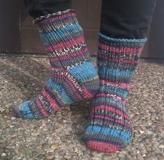 Garnhumlan: Description of Rag socks from the toe - up Knitting Projects, Knitting Patterns, Knitting Ideas, Knitting Socks, Knit Socks, Knit Or Crochet, Mittens, Needlework, Diy And Crafts