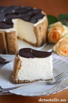 Hei kjære dere! Her skal dere få en nydelig kake med dere inn i helgen! Jeg komponerte denne kakentidligere denne uken i forbindelse med at jeg stod for kakeserveringen i et selskap hjemme hos faren min, og jeg kan love at denne kaken fikk mye skryt! Tiramisù fromasjkake er basert på de kjente ingrediensene som inngår i en klassisk, italiensk Tiramisù: Fingerkjeks dynket i kaffe, mascarponeost og mørk sjokolade. Jeg har imidlertid blandet mascarponefyllet med crème fraîche og pisket krem…