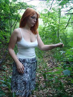 Mamina na vycházce do přírody, kde na ní přišly choutky, které musela uspokojit.