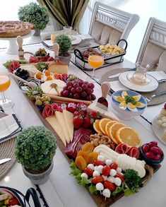 Party Finger Foods, Finger Food Appetizers, Appetizer Recipes, Snack Recipes, Party Food Platters, Charcuterie And Cheese Board, Food Garnishes, Food Displays, Food Decoration