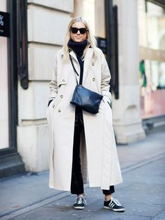 What London Girls Are Wearing Now Die besten London Street Style Looks Sneakers Street Style, Nyfw Street Style, Urban Street Style, Street Style Summer, Casual Street Style, Street Style Looks, London Stil, Trench Coat Outfit, Trench Coats