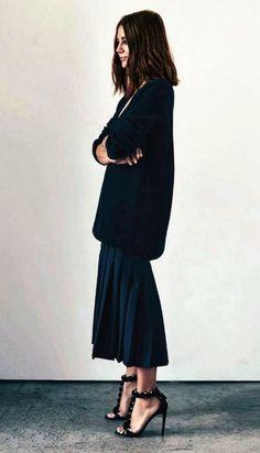 オーバーサイズのニットにくるぶし丈のスカートを合わせたスタイル。ルーズなのにフェミニンな雰囲気。