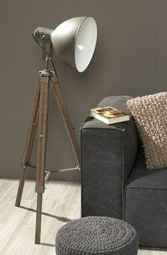 canapé gris, lampe liseuse a poser, mur beige-gris, chambre commode
