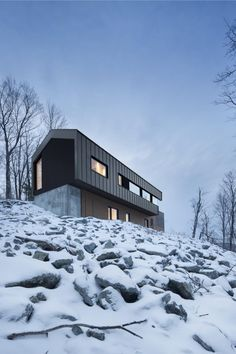 A country house is located on the top of a sloped land surrounded by a forest in Bolton East, Quebec, Canada. The architecture studio Nature Humaine designed the project having in mind the client's special request of a house in perfec Residence Architecture, Architecture Résidentielle, Bolton House, Alpine Modern, Haus Am Hang, Casas Containers, Mountain Homes, Quebec, Interior And Exterior