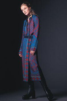 Guarda la sfilata di moda Hermès a Parigi e scopri la collezione di abiti e accessori per la stagione Pre-Collezioni Autunno-Inverno 2017-18.