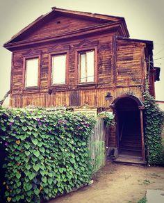 Tchita, Russia @sashishkova Я люблю НЕбольшие дома И узкие улицы города, В дни, когда не настала зима, А осень повеяла холодом. #читастаринная  #читагородвкоторомживу #chita_city #oldrussianhouses #woodrussia #oldhouse #windowsdoors #кучафильтров #замоталавсехсвоейчитой