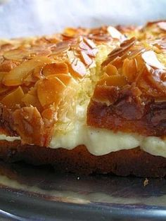 Bee Sting Cake -- This Gernam Bienenstich cake has a pastry cream filling and a honey-almond topping. Bienenstich Cake, Just Desserts, Dessert Recipes, German Desserts, German Recipes, Pie Recipes, Cuisine Diverse, Layer Cake Recipes, Think Food