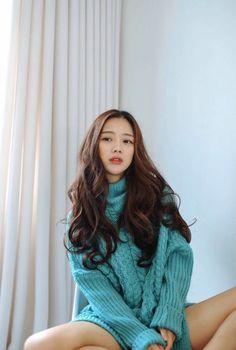 Need a sweater like this korean fashion ulzzang ulzzang hair Korean Fashion Ulzzang, Asian Fashion, Korean Ulzzang, Fashion Hair, Ladies Fashion, Korean Beauty, Asian Beauty, Korean Long Hair, Bora Lim