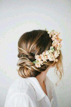 Recogido de pelo y una vincha de flores