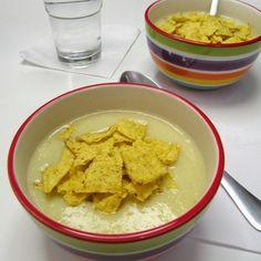 Még mindig nem szeretek levest fotózni, kevés vagyok hozzá. Meg türelmem sincs. Meg azt hiszem kéne valami kulturáltabb tányér. Na mindegy....