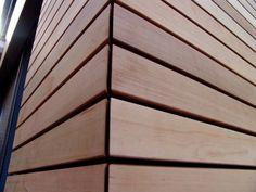 Dampopen folie , red cedar latjes tegen afgemetselde wanden? Wooden Cladding Exterior, Western Red Cedar Cladding, House Cladding, Wood Facade, Timber Cladding, Exterior Siding, Exterior House Colors, Wood Wall Design, Garden Cabins