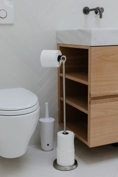 WC-paperiteline lattialle Tucan Umbra Under Cabinet Storage, Storage Cabinets, Bathroom Storage Solutions, Storage Spaces, Toilet Paper Holder Stand, Space Saving Bathroom, Large Bathrooms, Clever Design, At Home Store