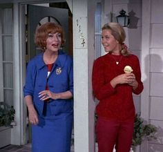 Bewitched. Agnes Moorehead and Elizabeth Montgomery. Endora and Samantha. Agnes Moorehead, Bewitched Tv Show, Bewitched Elizabeth Montgomery, Erin Murphy, My Babysitter, I Dream Of Jeannie, Great Tv Shows, Hollywood Fashion, Golden Age Of Hollywood