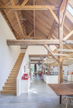 Bij de transformatie van een rijksmonumentale veeschuur tot woonhuis is centraal in de woonschuur een blok gemaakt met functionele ruimtes zoals een slaap-, badkamer, toilet, bijkeuken, berging en trap. Rondom dit blok is een grote open leefruimte met woonkamer, -keuken en een atelierruimte gerealiseerd waar de oude spantconstructies zoveel mogelijk zichtbaar zijn gebleven. Room Inspiration, Sweet Home, Barn, Farmhouse, Furniture, Home Decor, Wood Ceilings, Interior Stairs, Space