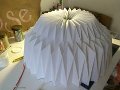 Origami Lampshade, Diy Origami, Cardboard Crafts, Diy Interior, Lamp Bases, Diy Home Decor, Table Lamp, Dining Table, Diy Crafts