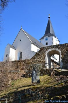 Stadtparrkirche Weitra (St.Peter & Paul) mit Stadtmauer und dem Denkmal von Wilhelm Szabo.