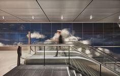 En utilisant un dispositif de 10cm d'épaisseur composé de lentilles imprimées et de LED, Daan Roosegaarde a équipé l'aéroport de Schiphol à Amsterdam d'un mur qui donne l'impression d'être une fenêtre sur des nuages en trois dimensions qui s'étalent à perte de vue.