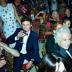 いいね!2,430件、コメント8件 ― Eddie Redmayne ❤️さん(@amazingeddieredmayne)のInstagramアカウント: 「A very happy Eddie inside the Met gala - behind the scenes photos were taken by @arnold_daniel…」