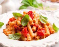 Pennes à la sauce tomate, ail et basilic : http://www.fourchette-et-bikini.fr/recettes/recettes-minceur/pennes-la-sauce-tomate-ail-et-basilic.html
