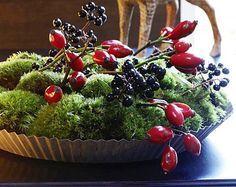 Das wunderschöne Gesteck ersetzt den klassischen Blumenstrauß. Die natürliche Tischdekoration aus Moos und Beeren machen Sie ganz leicht selbst, die meisten...